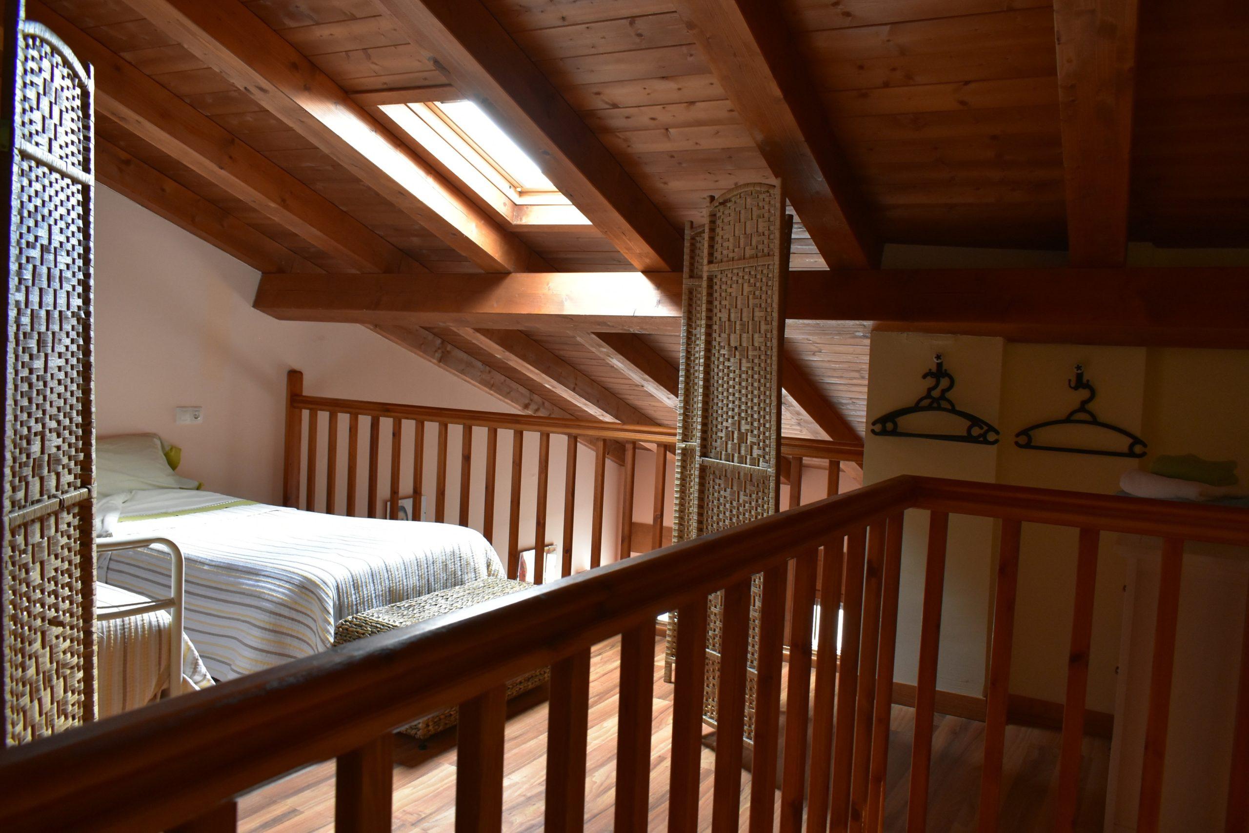Vista de la habitación doble del altillo del apartamento rural en el Pirineo